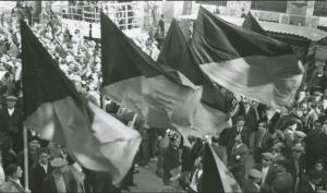 Barcelona-noviembre-de-1936.-Varios-manifestante-realizan-un-acto-de-homenaje-a-la-extinta-URSS.