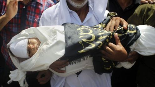 The grandfather of three-year-old Palestinian child, Mouid al-Araj, carries his grandsons' body during his funeral in Khan Yunis, in the southern Gaza Strip on July 13, 2014. Israeli strikes on Gaza killed a teenager and a woman, medics said, raising the overall death toll to 166 as the punishing air campaign entered its sixth day. AFP PHOTO / SAID KHATIB